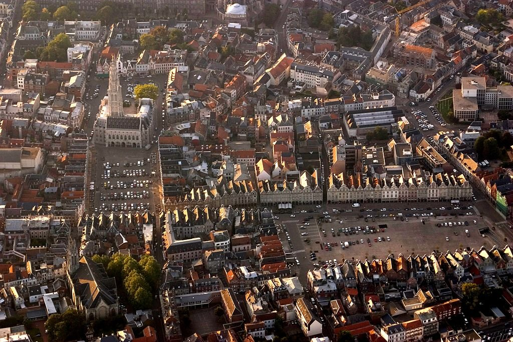Grand'Place und Place des Héros; Quelle: Wikipedia Pir6mon, CC BY-SA 3.0